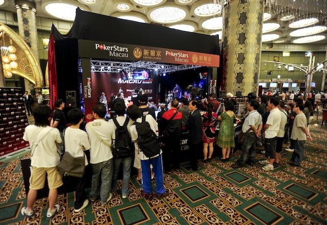 jgp5904_a-crowd-gathers-to-watch-the-tv-final-table_appt-macau-2010_joe-giron