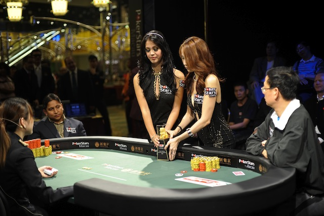jgp6165_deliver-of-trophy-to-the-tv-final-table_appt-macau-2010_joe-giron
